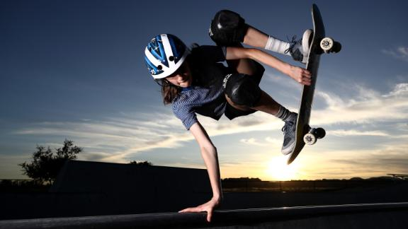 210126122012-02-minna-stess-skateboarding-live-video