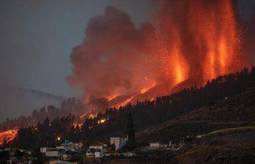 Mount Cumbre Vieja erupts in El Paso